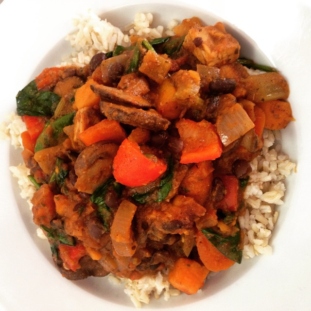 Southwestern tempeh and black bean chilli with sautéed portobello mushrooms, roasted squash, sweet potatoes, bell peppers and spinach served over brown rice #glutenfree #vegan #plantbased #plantprotein #tempeh #chilli #wholegrain #wheatfree #dairyfree #whatveganseat #mtl #514