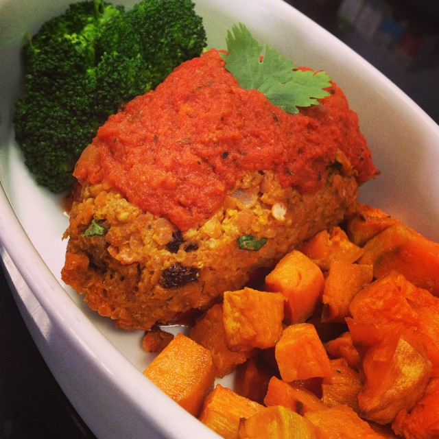 Turkish flavoured stuffed pepper with red lentils, millet, currant raisins and roasted pecans served with a side of steamed broccoli and roasted sweet potatoes #glutenfree #vegan #soyfree #plantbased #plantprotein #wheatfree #wholegrain #ancientgrains #millet #healthy #veganfoodshare #veganfoodlovers #mtl #514