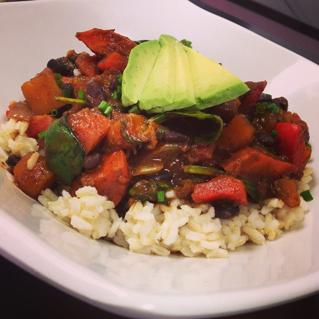 Black bean and tempeh chilli with spinach, roasted bell peppers, portobello mushrooms and roasted root vegetables served over brown rice #wheatfree #wholegrain #whatveganseat #plantbased #plantprotein #chilli #tex-mex #healthy #fresh #mtl #514