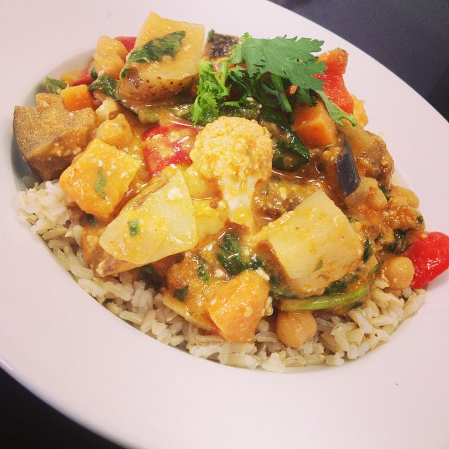 Thai red curry today with roasted cauliflower, peppers, mangoes, roasted root vegetables, spinach and eggplant served over brown rice #glutenfree #vegan #plantbased #plantprotein #soyfree #thaicurry #vegancurry #514