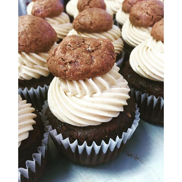 Chocolate cupcakes with peanut butter cookie frosting #glutenfree #vegan #dairyfree #wheatfree #wholegrain #cleaneats