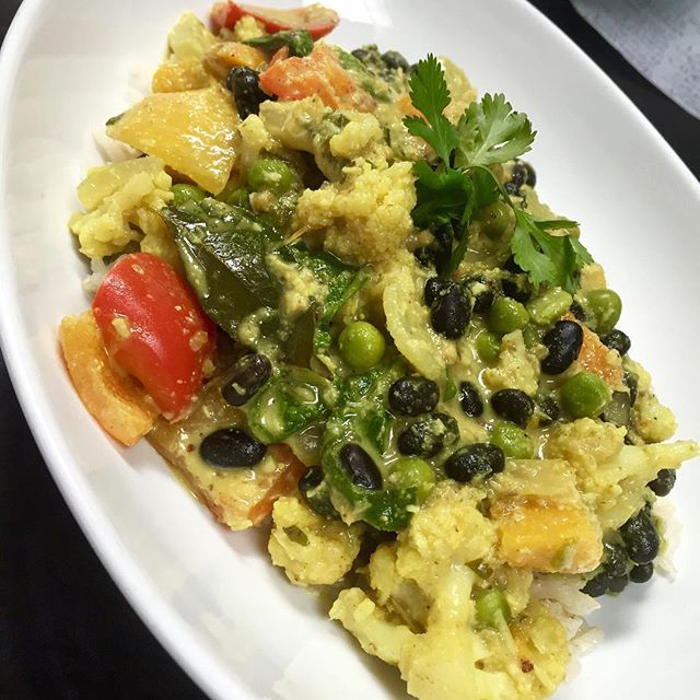 Black bean coconut Sri Lankan curry with roasted butternut squash, cauliflower, green peas, spinach and bell peppers served over brown rice #glutenfree #vegan #plantbased #wheatfree #wholefoods #fresh #healthy #srilankancurry