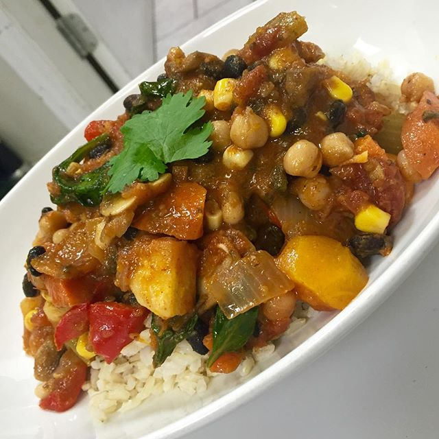 Southwestern 3 bean &root vegetable chilli with sautéed mushrooms, spinach, corn and bell peppers served over brown rice #glutenfree #vegan #plantbased #plantprotein #veganchilli #veganfood #veganfoodshare #veganfoodlovers