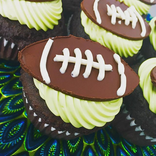 Super Bowl is right around the corner, who are you cheering for? Check out our festive cupcakes using natural food colouring and yummy chocolate vanilla chocolate #glutenfree #vegan #superbowl50 #superbowl #football  @veganfoodshare @veganfoodlovers @allaboutveganfood