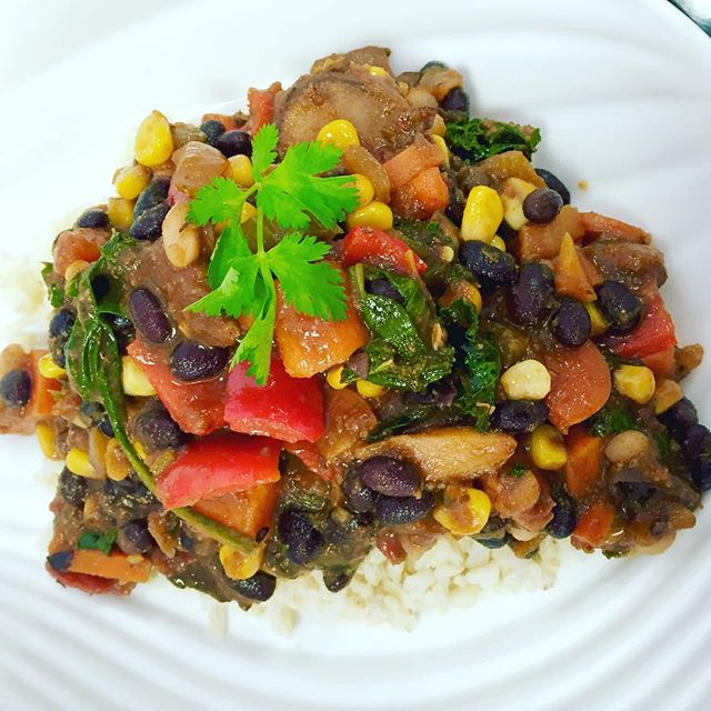 Southwestern black & white bean chilli with roasted root vegetables, kale, spinach, corn and peppers served over brown rice #glutenfree #vegan #wheatfree #wholegrain #powerfood #plantbased #highfibre #cleaneating