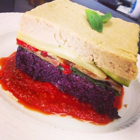 We have a Mediterranean casserole with layered black rice, zucchini, spinach, roasted eggplant, bell peppers and hummus cream aujourdhui. #glutenfree #vegan #soyfree #wheatfree #wholegrain #blackrice #dairyfree #cleaneating