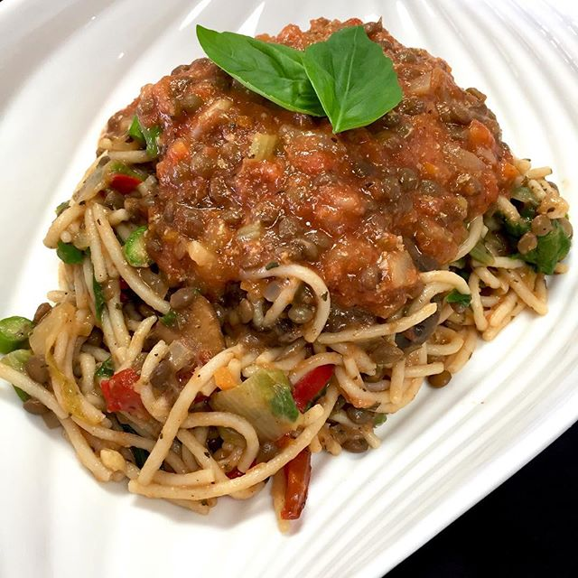 Dinner is right around the corner and this lentil spaghetti dish with portobello mushrooms, bell peppers, asparagus and escarole  is YUM  #glutenfree #vegan #soyfree #plantbased #wheatfree #514 #mtl