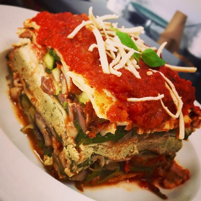 This cold weather got me craving warm comfort food, serving up a spinach tofu ricotta lasagna aujourdhui. Happy Saturday
