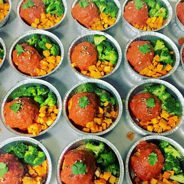 Happy Friday! On the menu: Middle eastern flavoured stuffed pepper with ground chickpeas, quinoa, roasted pecans and currant raisins topped with tomato sauce with a side of roasted sweet potatoes and steamed broccoli #glutenfree #vegan #plantbased #wheatfree #mtlvegan #cleaneating