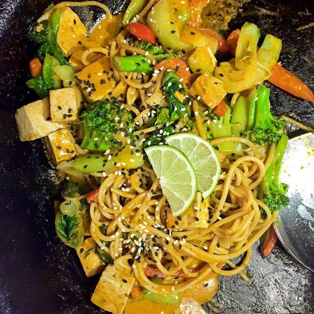 Spice up your weekend with our Indonesian tofu sauté made with brown rice noodles and a whole lot of veggies #glutenfree #vegan #plantprotein #plantbased #whatveganseat #vegansifig #veganfoodshare #weekendmeal #vegansofinstagram #wheatfree @veganfoodshare @thrivemags