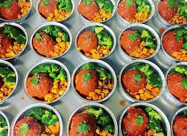 Mediterranean flavoured stuffed pepper with sundries tomatoes, chickpeas, quinoa and walnuts topped with house tomato sauce and served with a side of roasted sweet potatoes and broccoli #glutenfree #vegan #dairyfree #soyfree #wheatfree #plantprotein #plantbased #plantstrong #mealstogo