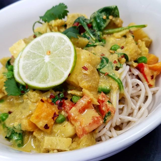 "Bombay tofu ""paneer"" curry bowl served over brown noodles is what's for lunch or dinner today! #whatveganseat #veganfoodshare #veganmtl #cleaneating #purevegetarian #indianvegan #vegancurry"