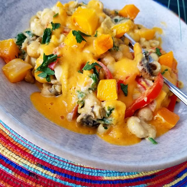 Cheezy butternut squash Mac and cheeze with sauteed Portobello mushrooms, kale, bell peppers and chickpeas, the perfect guiltfree comfort food #plantbased #wheatfree #glutenfree #vegandishes #crueltyfree #kidapproved #hearthealthy #wholegrain #raisevegan