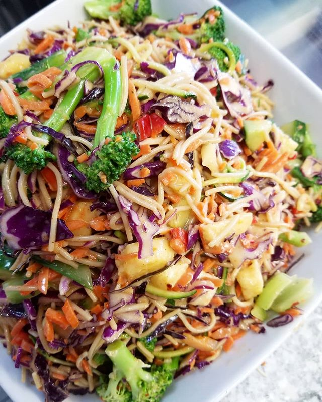 Zoodle noodle salad is perfect for this humid weather! #glutenfree #wheatfree #plantbasedgoodness #cleaneating #zoodle #mtl #514