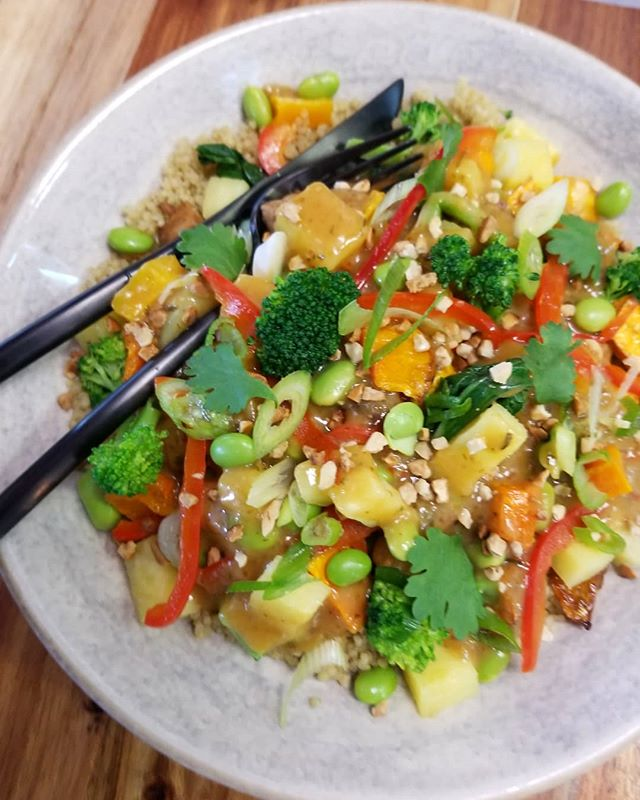 Sweet & sour tempeh saute with edamame, broccoli, bell peppers, bok choy, pineapple and roasted butternut squash served over quinoa #glutenfree #vegan #dairyfree #mtlvegan #cleaneating #plantbasedgoodness #514 #vegansofinstagram #vegansofig
