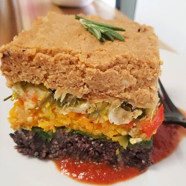 Fall Mediterranean casserole with layered black rice, scalloped squash, leek, spinach, bell peppers, eggplant, cauliflower and roasted sundried tomato hummus creamBy Chef Joy @chef_joy #glutenfree #vegan #dairyfree #plantbased #wheatfree #mealstogo #cleaneating